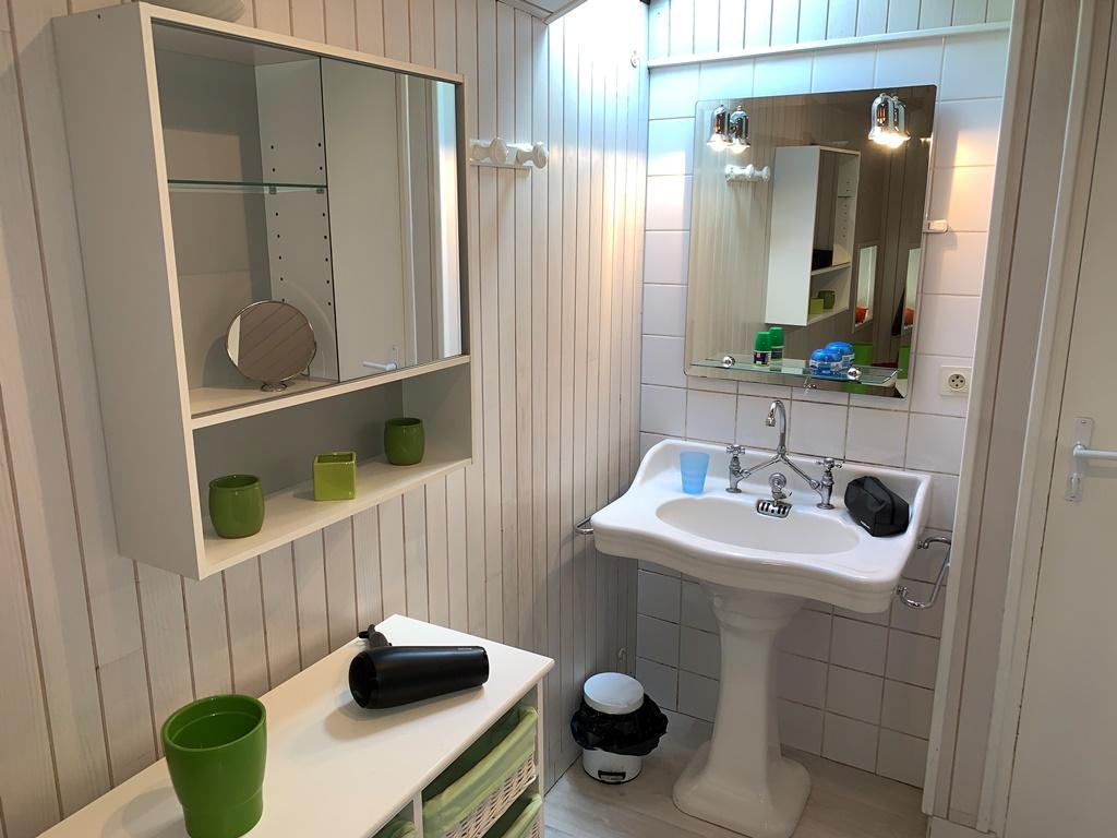 Salle de bain du gite, lavabo et meuble de rangement