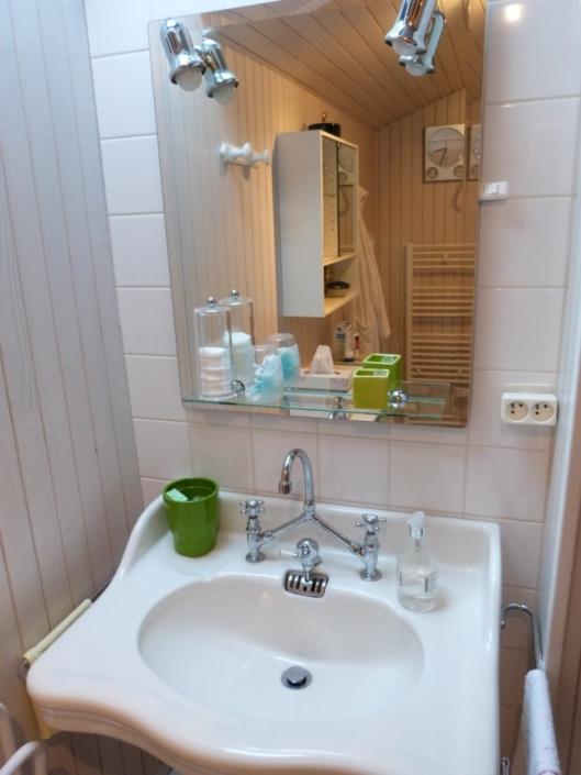 Salle de bain de la location meublé, zoom sur le lavabo et miroir