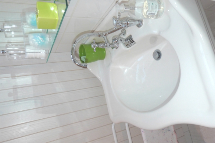 Gros plan sur le lavabo de la salle de bain du gite