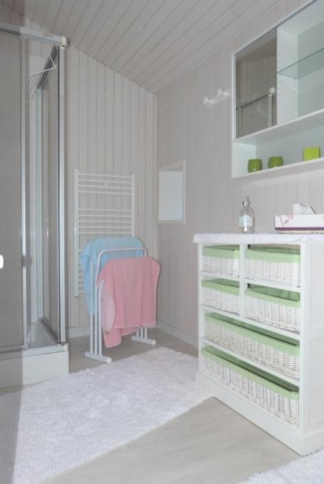 Salle de bain du gite, radiateur sèche-serviettes, porte serviettes et meuble de rangement