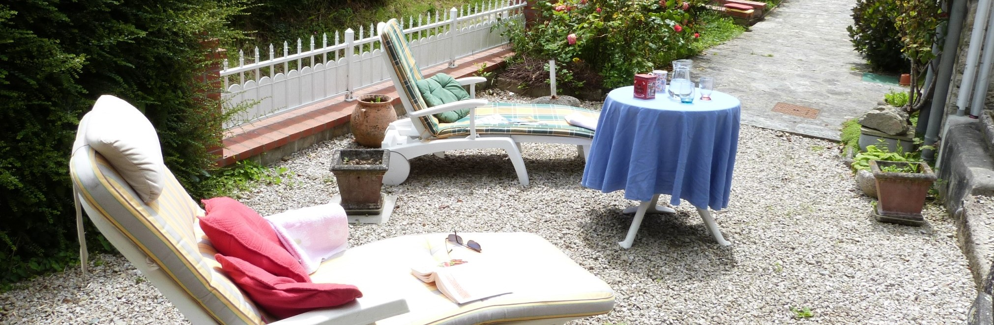 La terrasse du gite l'avenue avec les bains de soleil et la table du gouter